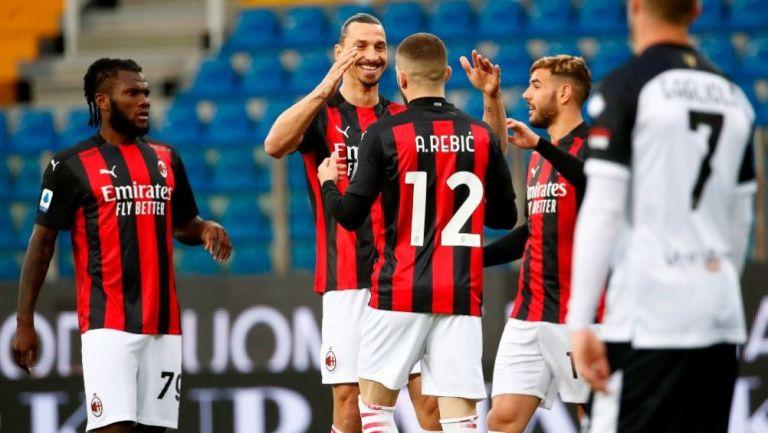 Zlatan y jugadores del Milan en festejo