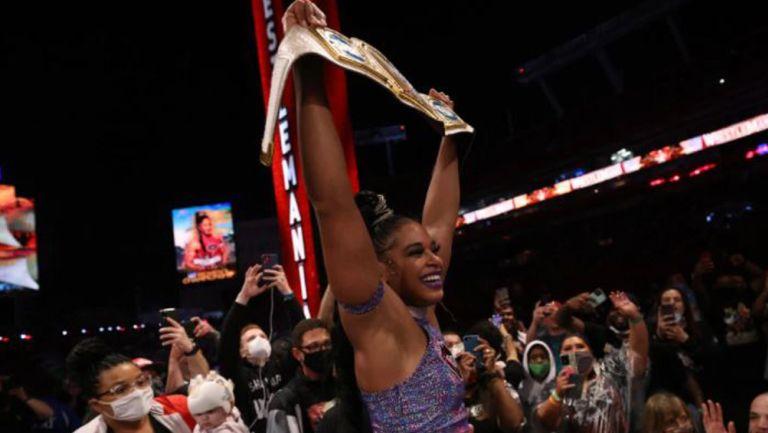 Bianca Belair festeja su victoria en Wrestlemania 37