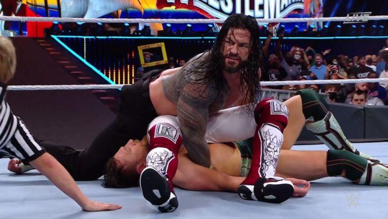 Roman Reigns cubriendo a Edge y Daniel Bryan