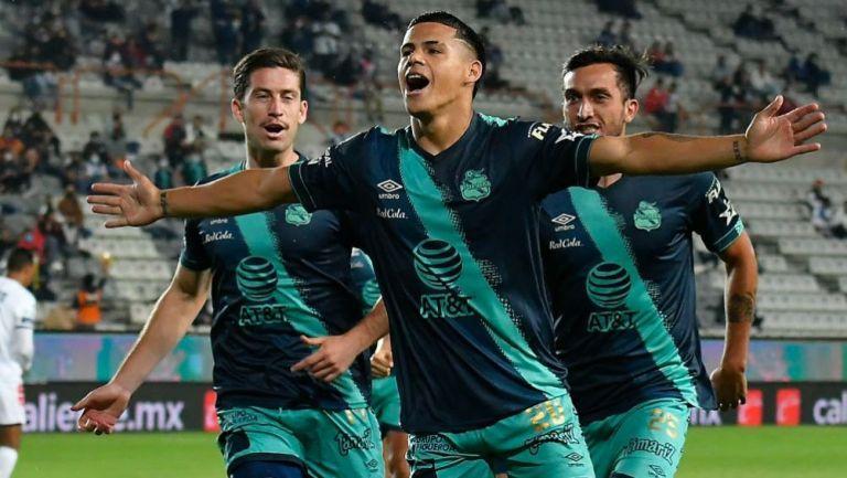 Araujo y los jugadores del Puebla en festejo