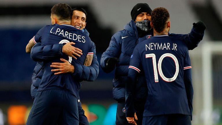 Jugadores del PSG festejan victoria en Champions League