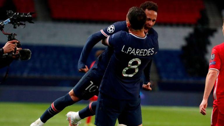Neymar y Paredes festejando el pase a Semifinales