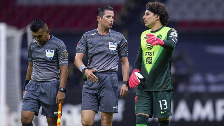 Ochoa se queja con árbitro tras su pésima actuación