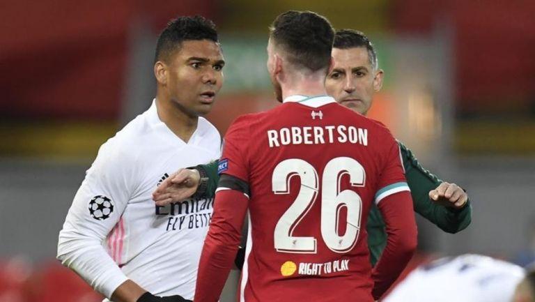 Casemiro se encara con Robertson