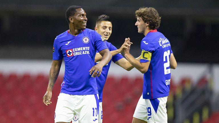 Jugadores de Cruz Azul festejan un gol
