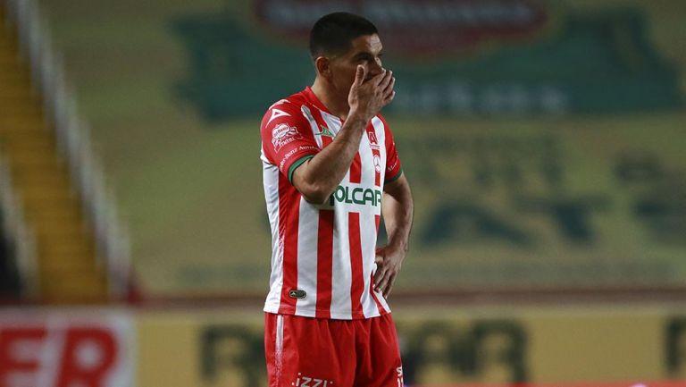 Jairo González en un partido con Necaxa