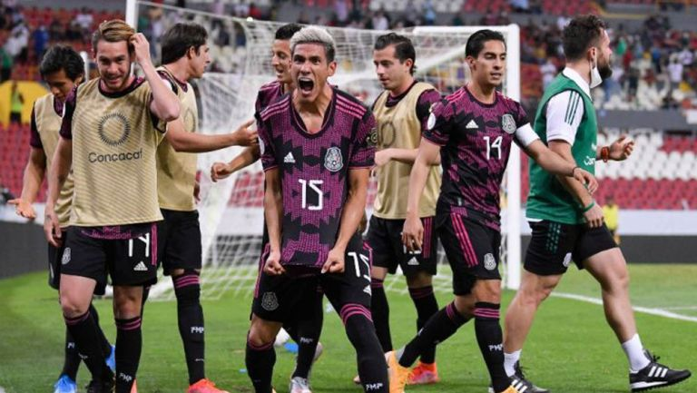 Jugadores mexicanos celebran gol vs Canadá