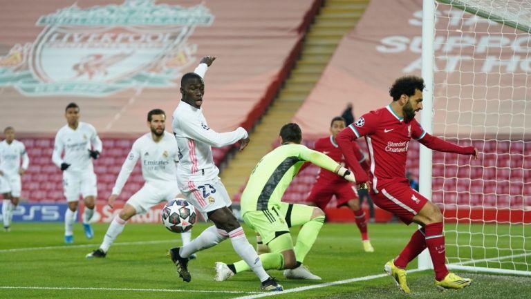 Ferland Mendy en juego frente al Liverpool en la Champions League en juego frente al Liverpool en la Champions League