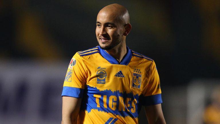 Carlos González en partido con los Tigres