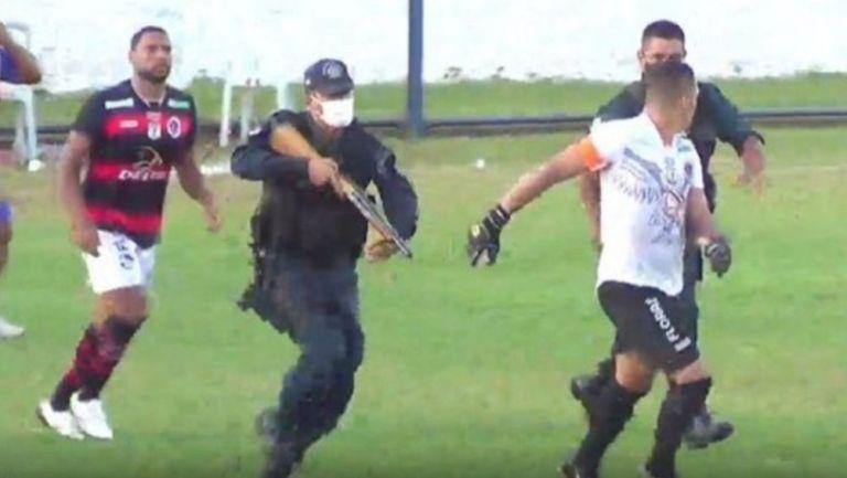Policías intervinieron para frenar un altercado en un partido de Brasil