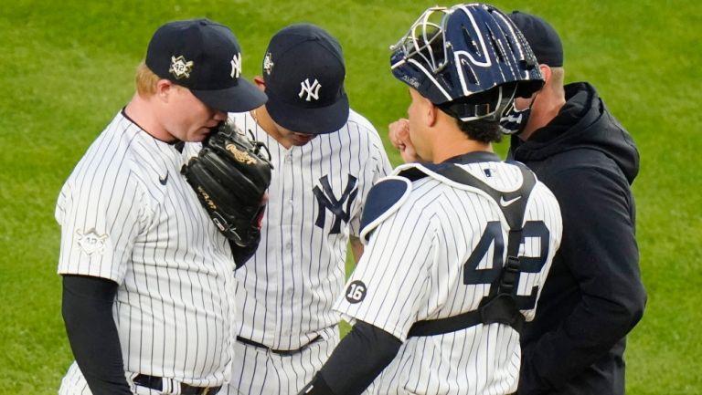 Jugadores de Yankees, reunidos en el montículo
