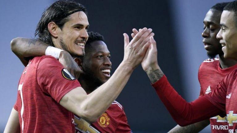 Cavani festeja con sus compañeros el primer gol