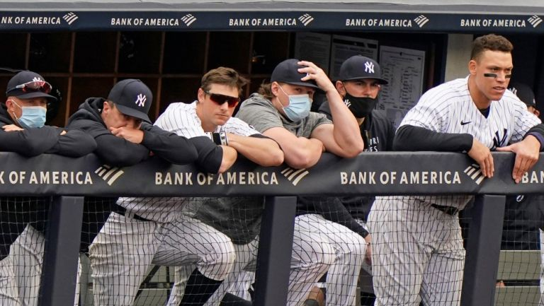 Dugout de los Yankees observa un partido