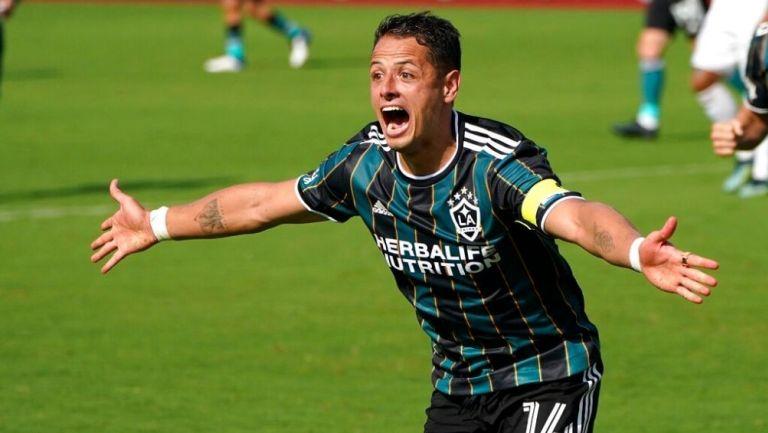 Chicharito Hernández festeja uno de sus goles