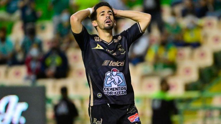Fernando Navarro en lamento con León