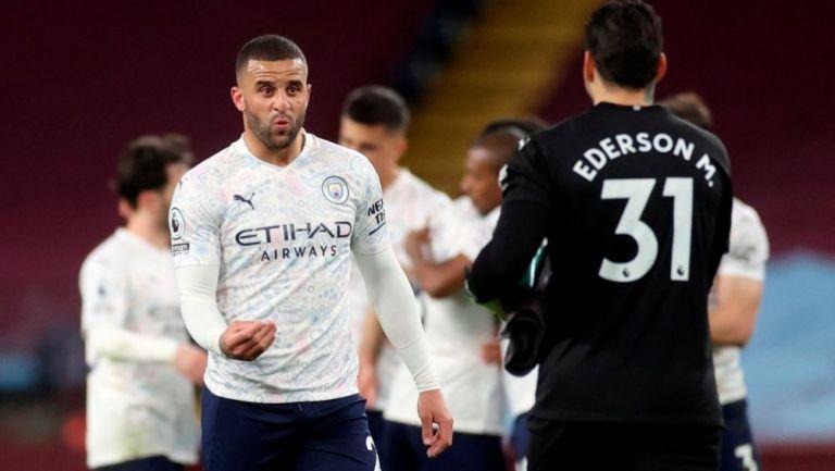 Walker y Ederson en festejo con Manchester City