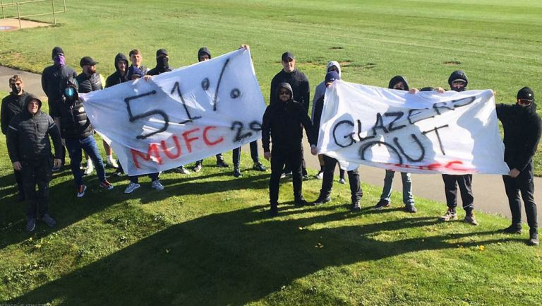 Aficionados del Manchester United protestaron en el club