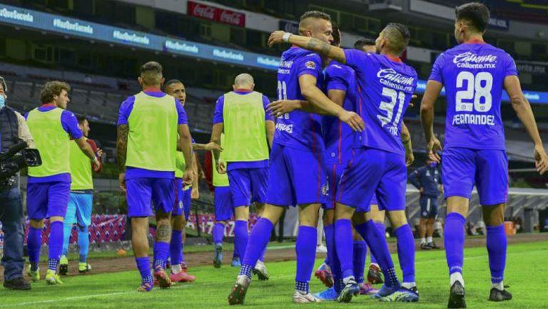 Jugadores de Cruz Azul festejan un gol en el Azteca