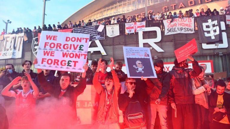 Afición del Arsenal en protesta