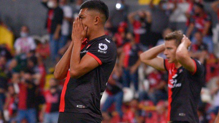 Jugadores de Atlas se lamentan tras gol de Chivas