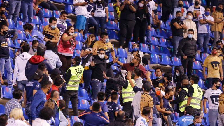 Afición de Pumas y Puebla en conflicto