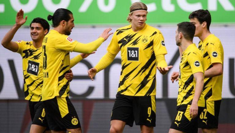 Haaland festejando con sus compañeros un gol a favor del Dortmund