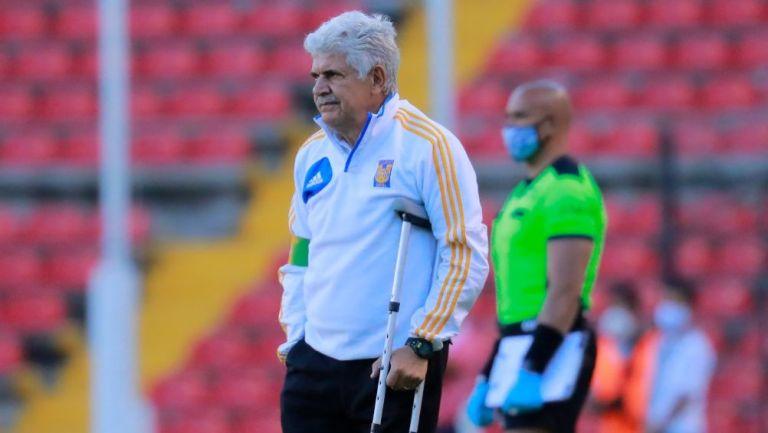 Ricardo Ferretti dirigiendo un partido de Tigres