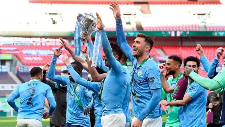 Jugadores del Manchester City con el trofeo de la Copa de la Liga