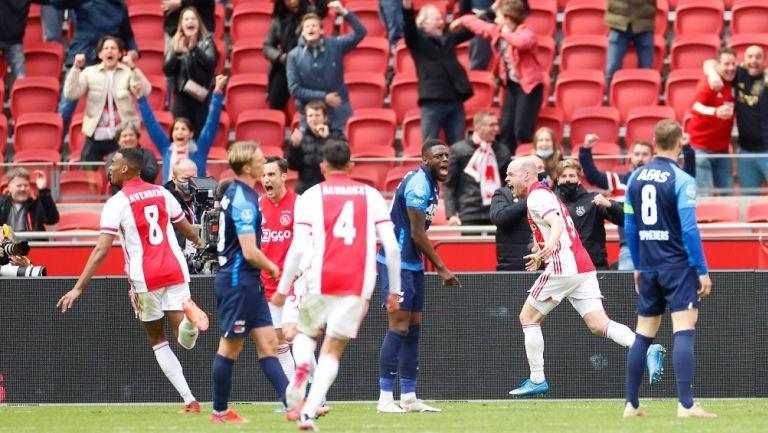 Jugadores del Ajax celebran gol ante AZ Alkmaar