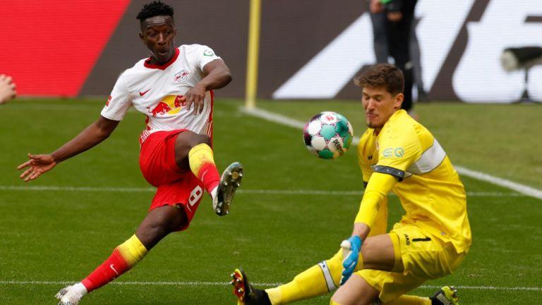 Haidara anota primer gol del partido para Leipzig