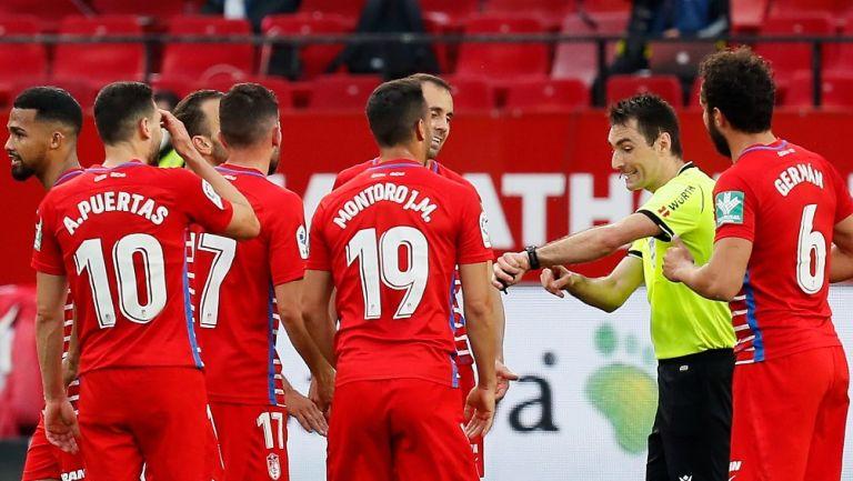 LaLiga: Árbitro del Sevilla vs Granada pitó el final un minuto antes y después reanudó el partido