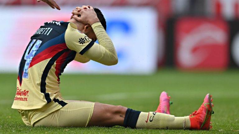 Benedetti se lamenta en el partido contra Toluca