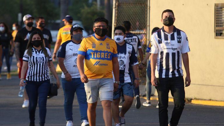 Aficionados de Tigres y Rayados en el Clásico Regio