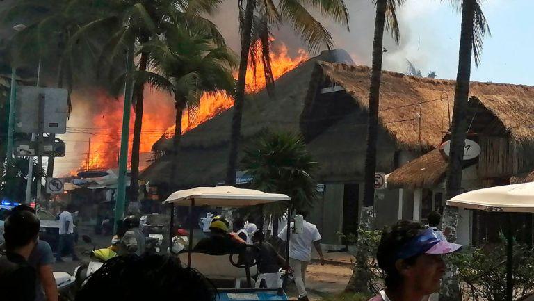 Incendio de comercios en la calle principal de Isla Mujeres