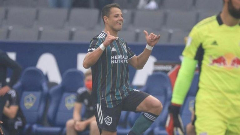 Chicharito festejando su primer gol
