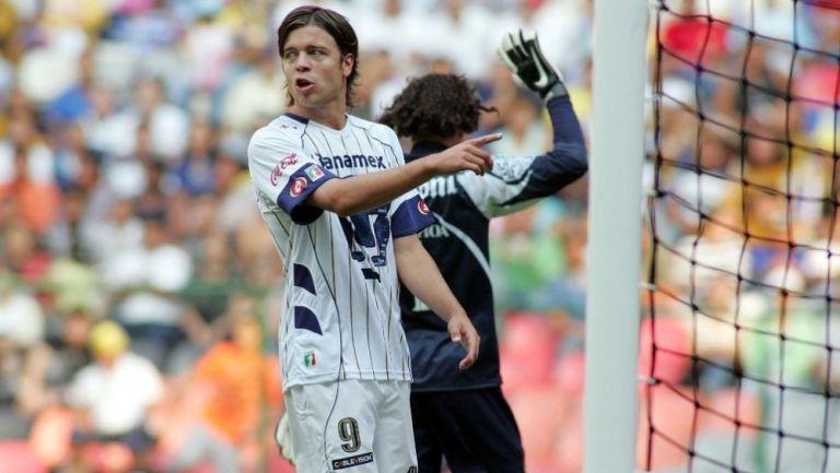 Esteban Solari en acción con Pumas ante América
