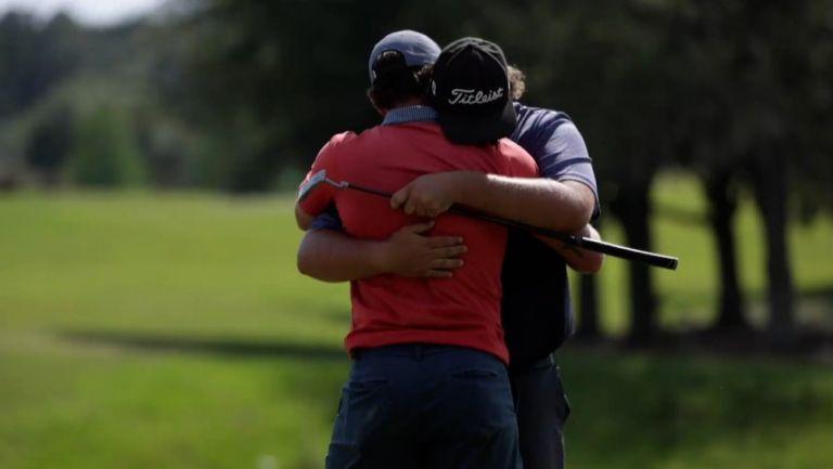Michael Visacki, golfista, abraza a su compañero tras ganar el pase al Campeonato Valspar