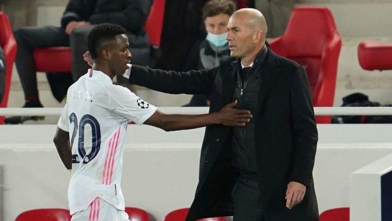 Zinedine Zidane y Vinicius Jr durante partido en Cuartos de Final de la Champions