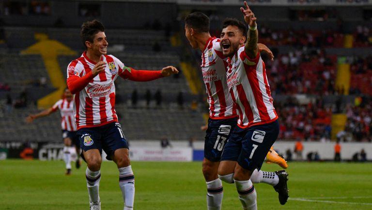 Alexis, Zaldívar y Brizuela festejan el gol ante Atlas