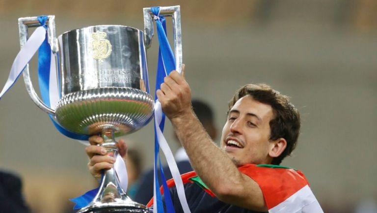 Oyarzabal levantando el título de la Copa del Rey