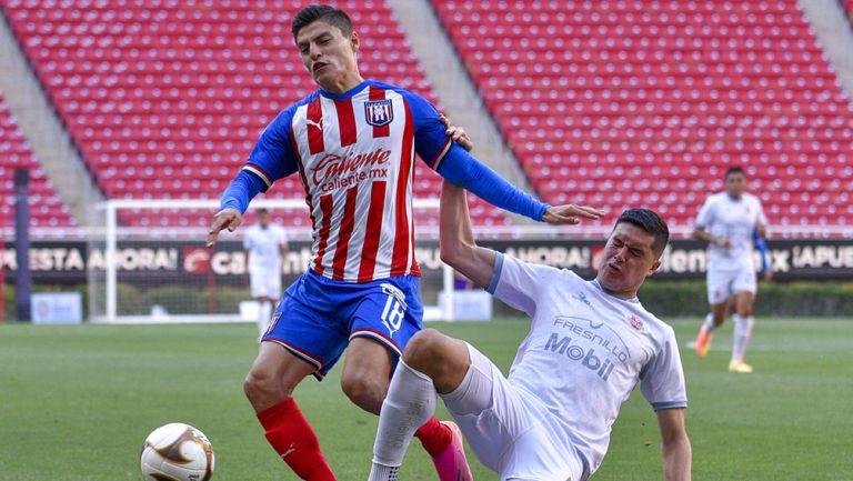 Ronaldo Cisneros disputa el balón ante Mineros