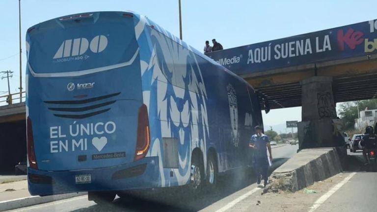 Pachuca: Autobús de los Tuzos provocó caos vial bajo puente en San Luis Potosí
