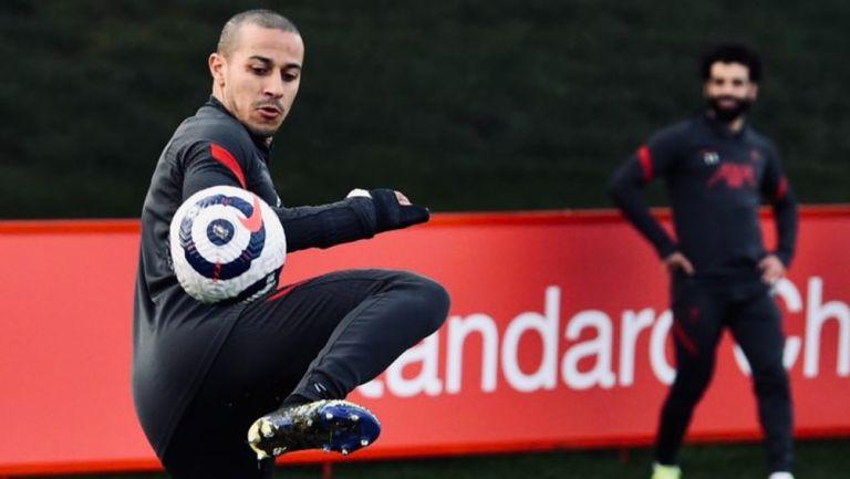 Thiago en entrenamiento con el Liverpool