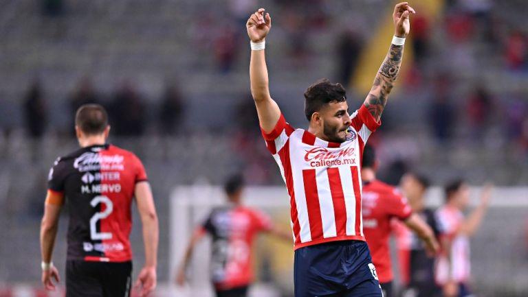 Alexis Vega en festejo con Chivas