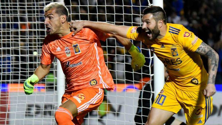 Nahuel y Gignac en festejo de gol
