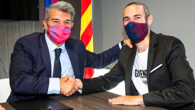 Óscar Mingueza junto con Laporta tras renovar contrato