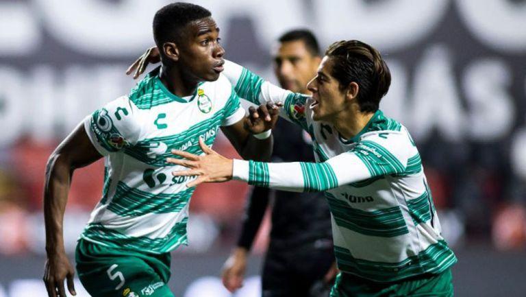 Jugadores de Santos celebran gol vs Xolos