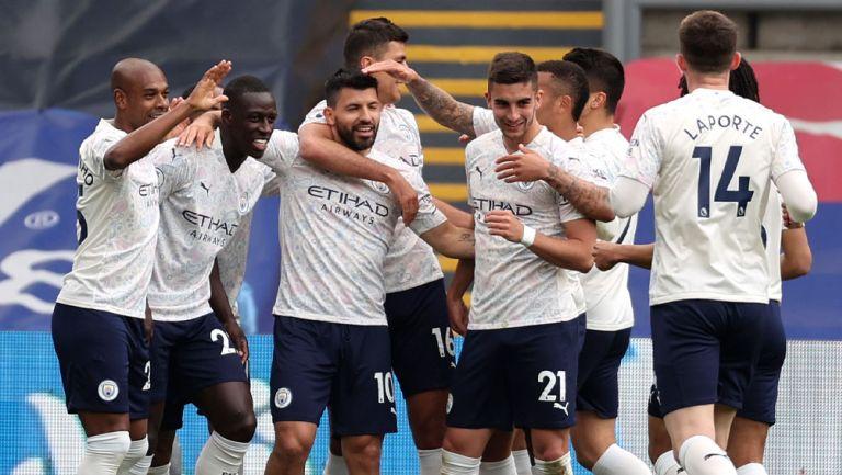 Jugadores del Manchester City festejan el tanto del Kun