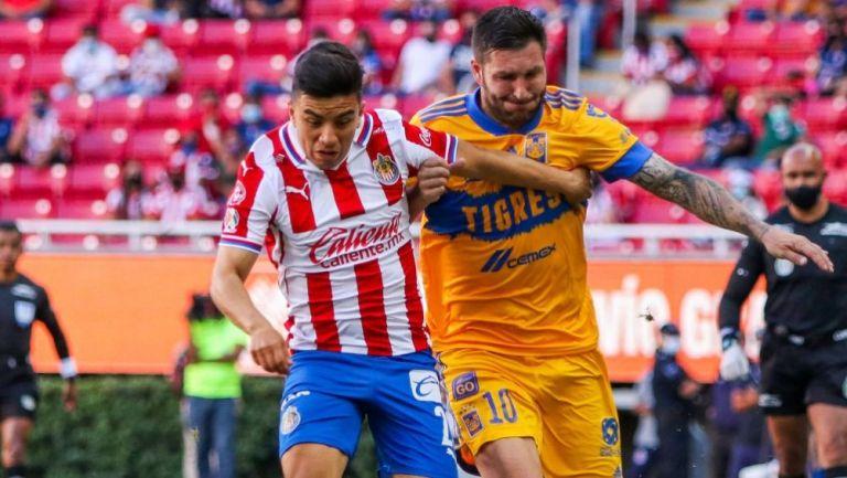Gignac y Beltrán en el partido entre Chivas y Tigres