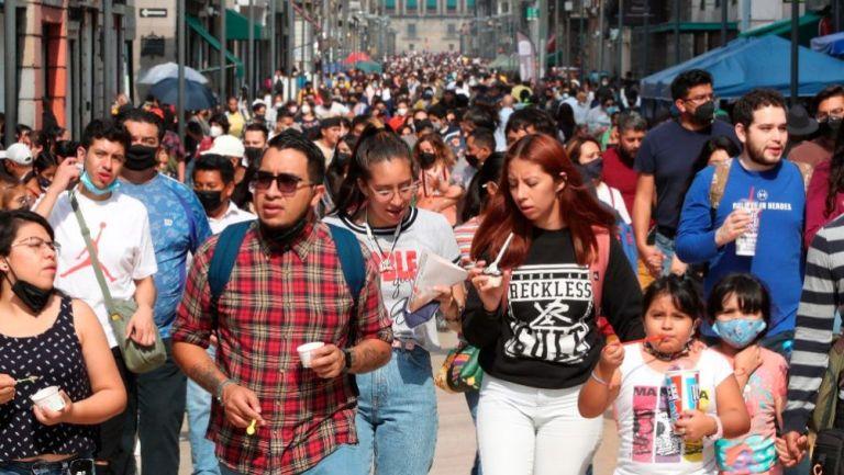 Habitantes de México transitando, algunos sin medidas sanitarias
